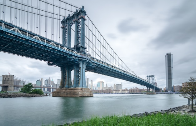Ponte di manhattan visto dal giorno nuvoloso di brooklyn Foto Premium
