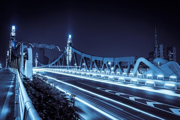 Ponte illuminato di notte Foto Gratuite