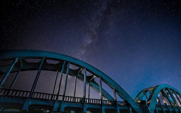 Ponte in acciaio con sfondo universo Foto Premium