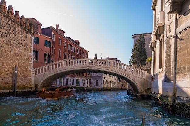 Ponte su un canale circondato da edifici Foto Gratuite