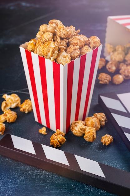 Popcorn al caramello e batacchio in legno Foto Premium
