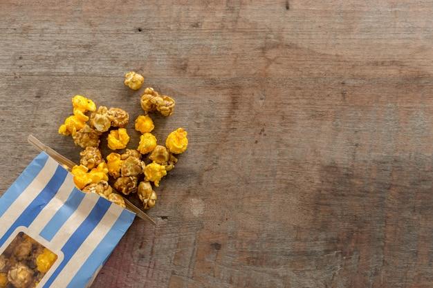 Popcorn del primo piano sulla tabella di legno Foto Premium