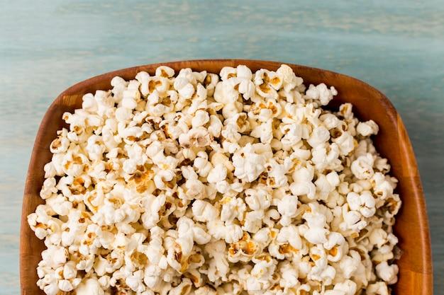 Popcorn nel vassoio di legno Foto Gratuite