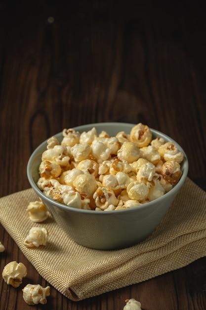 Popcorn sul tavolo di legno. Foto Gratuite
