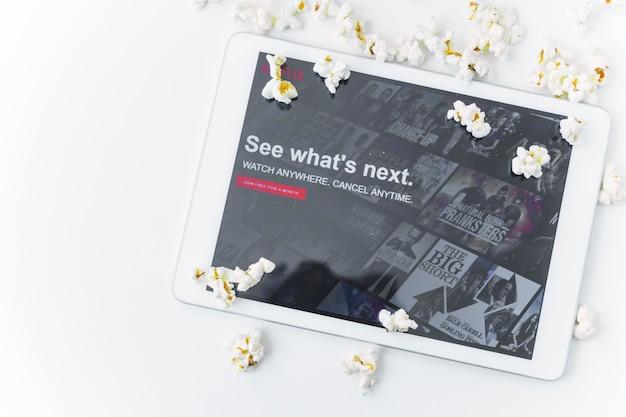 Popcorn vicino al tablet con il sito netflix Foto Gratuite