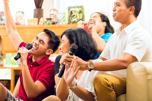 Popolo asiatico che canta alla festa di karaoke Foto Premium