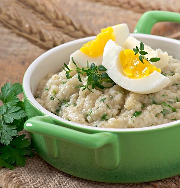Porridge di grano alle erbe Foto Gratuite