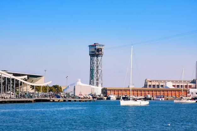 Port vell a barcellona con il centro commerciale maremagnum e la torre della funivia Foto Premium