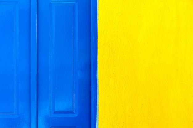 Porta blu e texture muro giallo Foto Premium
