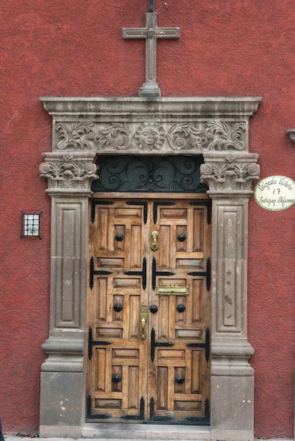 Porta d'ingresso intagliata in legno, guadalupe, san miguel de allende, guanajuato, messico Foto Premium