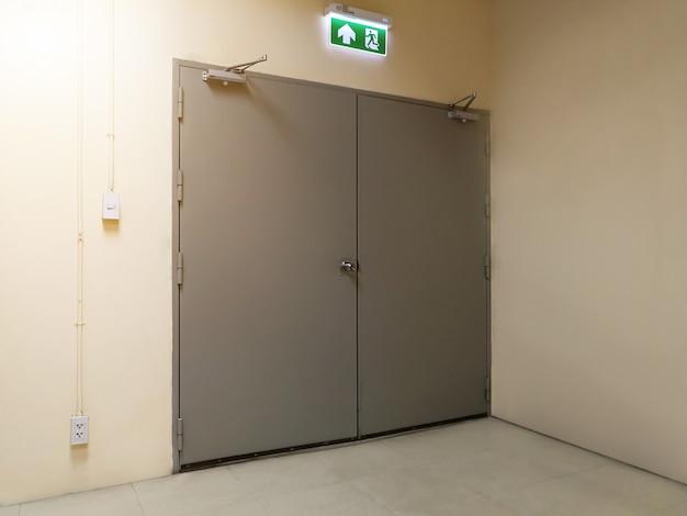 Porta di uscita di sicurezza sull'edificio Foto Premium