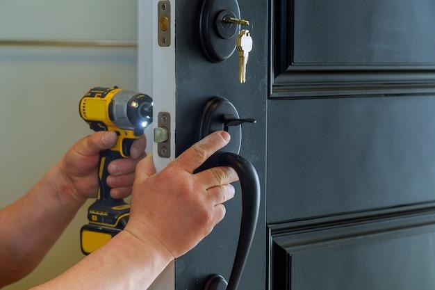 Porta esterna della casa con le parti interne interne della serratura visibili di un fabbro professionista Foto Premium