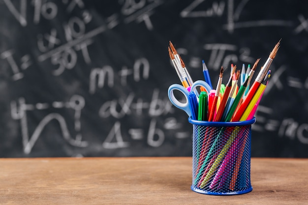 Porta penna blu con strumenti da disegno collocati sulla scrivania Foto Gratuite
