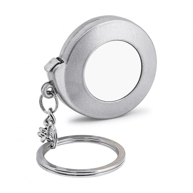 Portachiavi in acciaio isolato su sfondo bianco. portachiavi bianco nel concetto di nastro di misurazione. Foto Premium