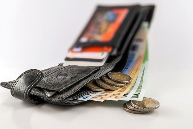Portafoglio aperto da uomo in pelle con banconote in euro Foto Premium