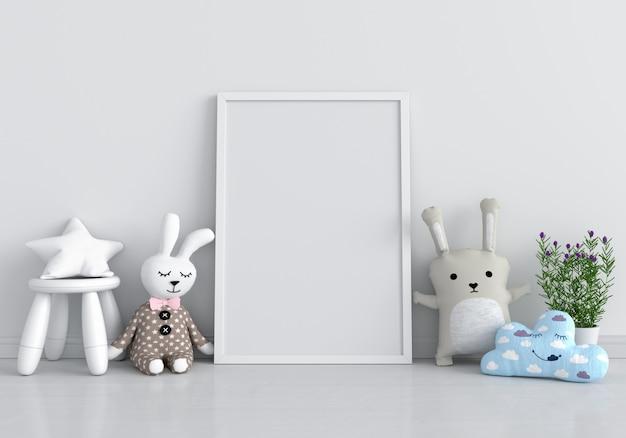 Portafoto bianco per mockup e bambola sul pavimento Foto Premium
