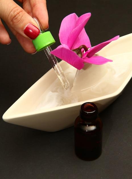 Portarotolo con acqua e olio essenziale Foto Premium