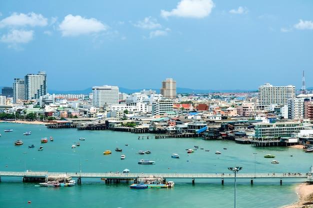 Porto di città e molo di pattaya e parcheggio al molo di bali hai Foto Premium