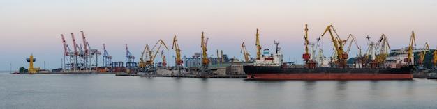 Porto marittimo internazionale di merci con nave mercantile, gru e container o scatole con merci. spedizione globale, consegna e. Foto Premium
