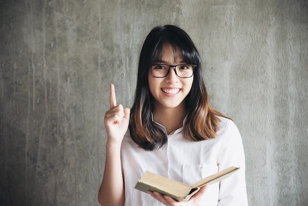 Portriat asiatico adorabile della giovane signora - concetto felice di stile di vita della donna Foto Gratuite