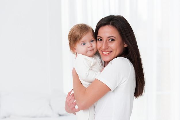 Posa felice del bambino e della madre Foto Gratuite