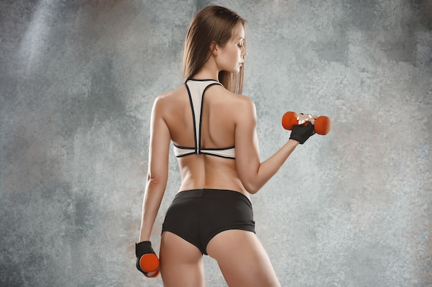Posa muscolare dell'atleta della giovane donna Foto Gratuite