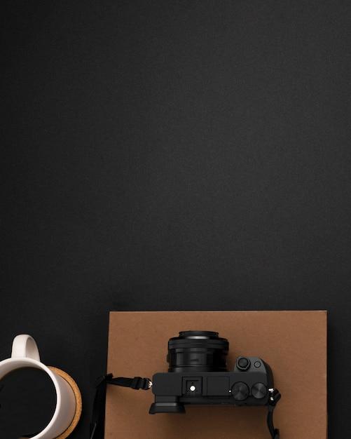 Posa piatta della postazione di lavoro con copia spazio e fotocamera Foto Gratuite