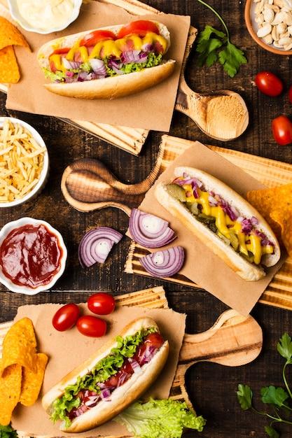 Posa piatta di hot dog su tagliere Foto Gratuite