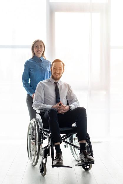 Posa positiva positiva della donna e dell'uomo Foto Gratuite