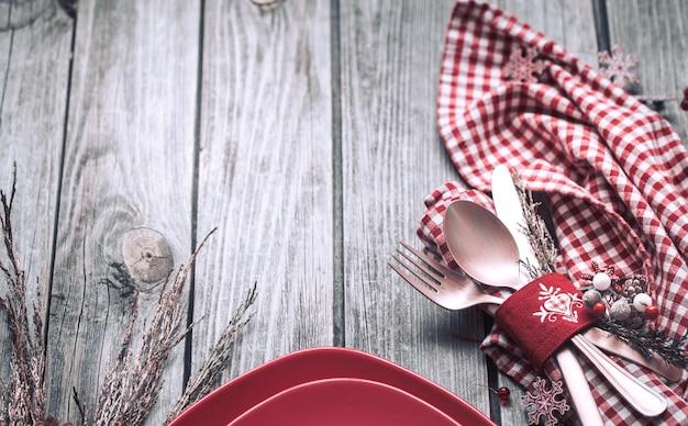 Posate cena di natale con decorazioni su uno sfondo di legno Foto Premium