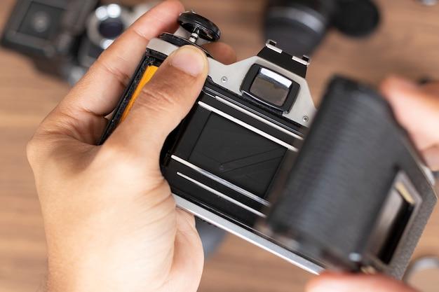 Posizionamento di un rotolo fotografico in una fotocamera Foto Premium