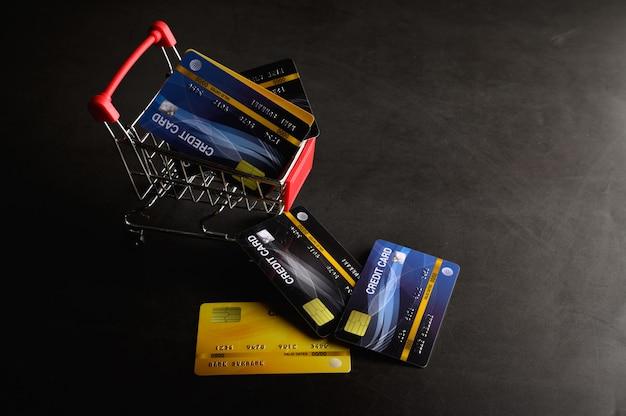 Posizionare la carta di credito sul carrello e sul pavimento per pagare il prodotto. Foto Gratuite