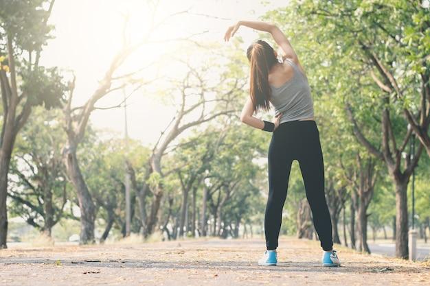 Posizione di yoga diritta della donna di forma fisica sulla via. Foto Premium