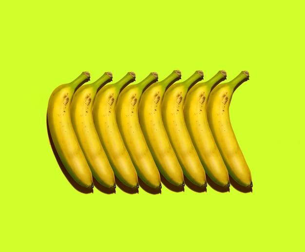 Poster colorato con composizione di banane su sfondo colorato Foto Premium