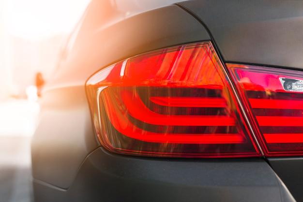 Posteriore dell'automobile nera con luce posteriore moderna Foto Gratuite