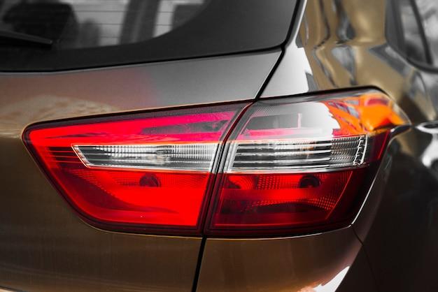 Posteriore della macchina marrone con luce posteriore Foto Gratuite