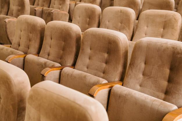 Posti vuoti del cinema in velluto marrone Foto Premium