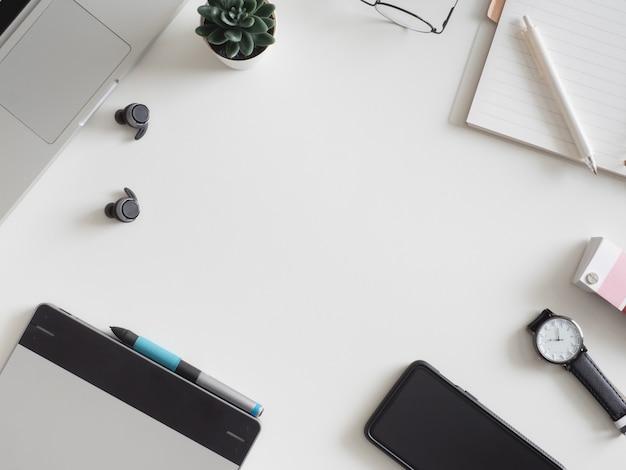 Posto di lavoro con laptop, notebook, tavoletta grafica e smartphone. Foto Premium