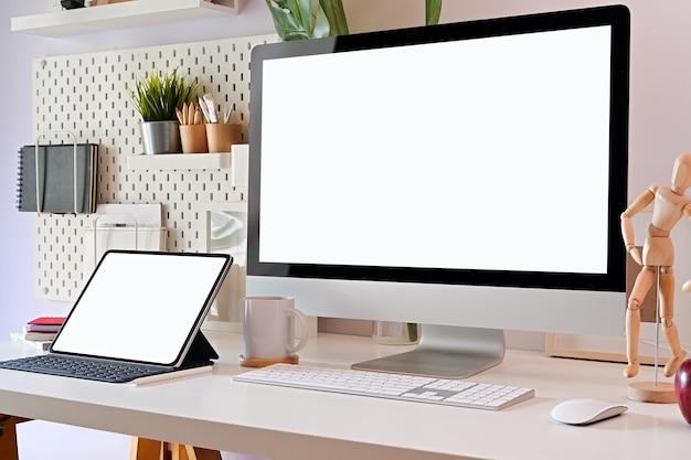 Posto di lavoro e con lo schermo del computer Foto Premium