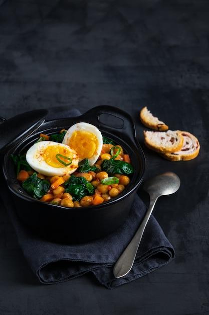 Potaje de garbanzos stufato di ceci ricetta tradizionale spagnola con ingredienti. Foto Premium