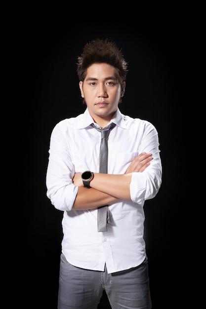 Potrait ha sparato all'uomo asiatico l'azione del datore di lavoro di dimettersi con decollare il legame per finire il concetto del lavoro. Foto Premium