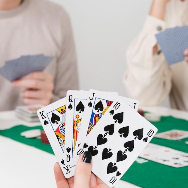 Pov giocando a poker con gli amici Foto Gratuite