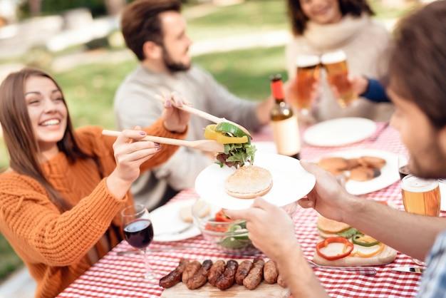 Ppeople si è riunito per un barbecue. Foto Premium