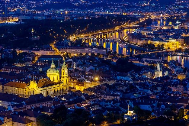 Praga all'ora blu crepuscolare, vista dei ponti sulla moldava con mala strana, castello di praga Foto Premium