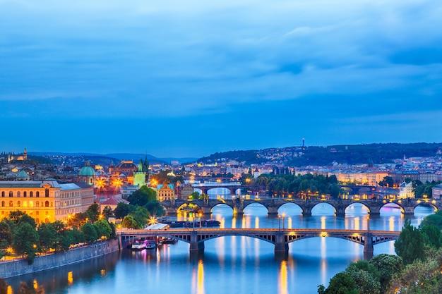 Praga all'ora blu crepuscolare, vista dei ponti sulla moldava Foto Premium