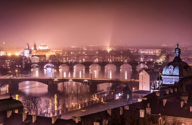 Praga e il fiume moldava dalla collina di letna Foto Premium