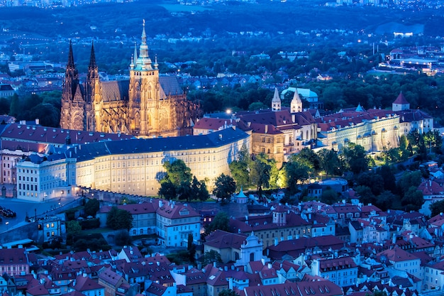 Praga, vista dell'ora blu del castello di praga e della cattedrale di san vito in repubblica ceca Foto Premium