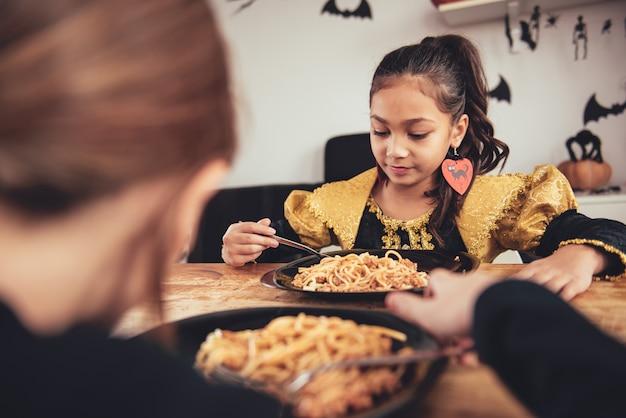 Pranzo di due ragazze in costume Foto Premium