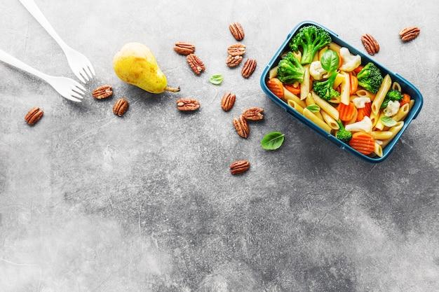Pranzo sano da servire in scatola con verdure Foto Premium