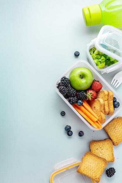Pranzo sano per andare confezionato nella scatola del pranzo Foto Premium